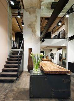 comptoir en bois recyclé, meule bar en bois et métal, intérieur industriel