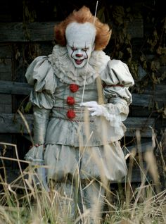 How to make your own homemade DIY Pennywise costume from Stephen King's IT. Or buy a cheap comeplete Pennywise costume for halloween Clown Maske, Gruseliger Clown, Es Der Clown, Creepy Clown, Halloween Outfits, Clown Halloween Costumes, Halloween Kostüm, Penny Wise Clown, Scary Films