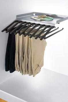 Hosenhalter im Kleiderschrank für knitterfreie Hosen. #Kleiderschrrank #hosen #hosenhalter #ordnung #peka Walk In Wardrobe Design, Hang In There, Trousers, Nice Asses