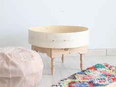 Mesa auxiliar de madera realizada a mano en un pequeño taller de Marruecos. Es ideal para servir el té o para utilizar en un rincón del salón. ////...