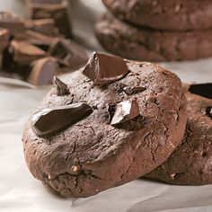 Voilà de quoi rassasier les accros du choco! Quelle joie de mordre dans une pâte à la texture parfaite et de découvrir un morceau de chocolat fondant… un vrai régal! Biscuits Brownies, Buffet Dessert, Biscuits Graham, Beignets, Beautiful Cakes, Fudge, Muffins, Deserts, Stuffed Mushrooms