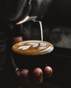 The Most Satisfying Cappuccino Latte Art - Coffee Brilliant Coffee Latte Art, Coffee Cafe, My Coffee, Coffee Drinks, Ghee Coffee, Coffee Beans, Coffee Bean Tree, Cappuccino Coffee, Coffee Barista