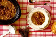 Cómo hacer cassoulet en Crock Pot o slow cooker. Receta paso a paso. Descubre más recetas de guisos de legumbres en olla de cocción lenta.