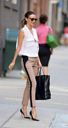 que mettre avec un pantalon beige, mode femme élégante au slim neutre et chemise sans manches blanche
