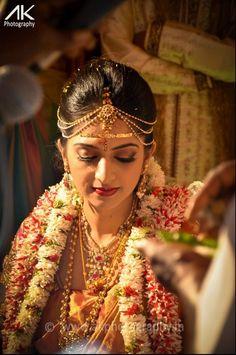 10 Gorgeous Nethi Chuttis for South Indian Bridal Hairstyles South Indian Bride Hairstyle, Indian Bridal Hairstyles, Indian Bridal Wear, Bride Hairstyles, Hairstyle Wedding, Easy Hairstyle, Bridal Hairdo, Latest Hairstyles, Tamil Wedding