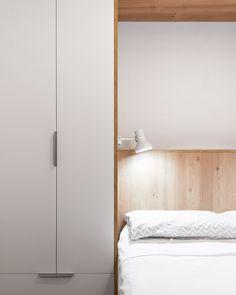 DC Room by FFWD Arquitectes. Armario en puente para dormitorio de dimensiones reducidas. Mas en http://www.ffwd.es/
