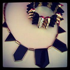 Perfecta combinación - Collar Piezas Negras con pulsera de tachas dorado y negro. #Collares #Moda #Fashion #Tendencia