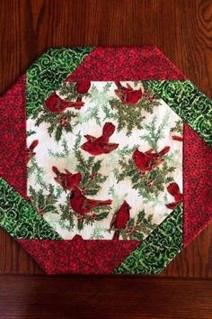 60 Most Popular Christmas Table Decoration Ideas. Decorating your table for Christmas can be as simple or as elaborate as you want to make it. But, there is one primary secret to Christmas table decor. Quilted Table Runners Christmas, Christmas Placemats, Christmas Runner, Table Runner And Placemats, Christmas Sewing, Christmas Table Decorations, Decoration Table, Christmas Crafts, Christmas Quilting