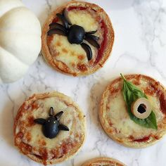 Easy and fun Halloween pizzas with spiders, bats, monster faces and eyes, and pumpkins! These Halloween pizzas are perfect for Halloween parties or Halloween dinner. Halloween Pizza, Halloween Appetizers, Halloween Dinner, Easy Halloween, Halloween Treats, Halloween Parties, Easy Meals For Kids, Kids Meals, Quick Recipes