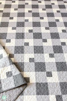 The Farmhouse Plaid quilt pattern is a classic twist on the traditional buffalo plaid design. This quilt is great for beginners! Colchas Quilting, Quilting Designs, Machine Quilting, Patchwork Quilt Patterns, Quilting Patterns, Quilting Ideas, Quilts For Men Patterns, House Quilt Patterns, Quilt Patterns For Beginners