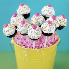 recette de pop cake avec un glaçage au chocolat blanc et perles multicolores