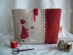 """Je souhaitais réaliser une petite pochette pour une amie qui aime le rouge. Quand j'ai découvert cette grille """"tombe la neige"""", un petit modèle d'hiver aux couleurs chaudes, j'ai pensé qu'elle pourrait lui plaire. Elle pourra glisser ses petits accessoires..."""