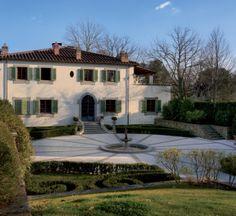 """Ferruccio Ferragamo nel suo """"buen retiro"""" sulle colline della campagna aretina. Gli interni, arredati in stile classico, richiamano il gusto delle residenze di tradizione toscana."""