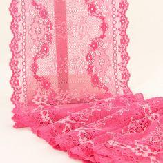 1,50 €TTC   Dentelle de calais rose à fleurs, pour vos créations de sous-vêtements et lingeries fines.  Extensible dans la longueur ainsi que dans la largeur.      Largeur : 16 cm;     Composition : polyamide et élasthanne.