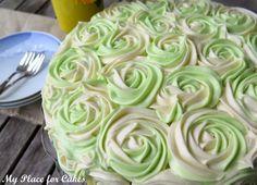 Titlen på kagen lyver ikke - den her kage er verdens bedste squashkage. Lækker og svampet og har man lavet deluxe versionen med hakket chokolade og frosting mellem lagene bliver det simpelthen ikke bedre