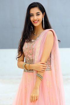 Beautiful Girl In India, Beautiful Saree, Beautiful Bollywood Actress, Most Beautiful Indian Actress, Cute Girl Photo, Beautiful Girl Image, Sonam Kapoor, Deepika Padukone, Dress Indian Style