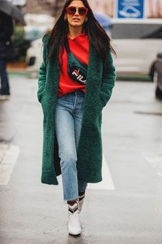 Paris Fashion Week is in full swing. See the best Paris Fashion Week street style from the shows circuit. All the Paris fashion week street style inspiration you need from the shows at PFW. Best Street Style, Street Style 2018, Looks Street Style, Street Style Trends, Cool Street Fashion, Street Style Women, Street Fashion Winter 2018, Paris Street Styles, Paris Winter Fashion
