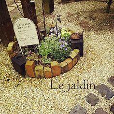 女性で、4LDKの、Entrance/アンティークレンガ/ガーデンピック/プロヴァンスに憧れて…/枕木とレンガの小道/蛇口部♡/花壇の寄せ植えについてのインテリア実例。 「フランス語の看板pi...」 (2014-03-08 06:29:49に共有されました)