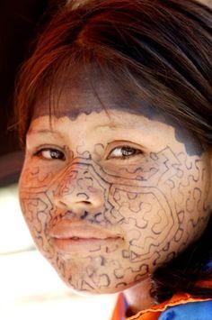 Photo prise par Gregg Woodward d'une jeune fille de la tribu Shipibo-Conibo vivant dans la foret amazonienne au Pérou.