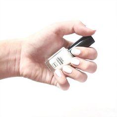Probeer eens witte nagellak: het staat netjes en verzorgd en is net even wat anders dan anders. Bedankt voor de foto Daphne!