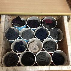 せっかく畳んでしまった衣類が、翌日には引き出しの中でグチャグチャに。こんな毎日を送っているお母さんは、引き出しの整理法を見直してみませんか?この記事では、どこにどの衣類があるか、ひと目で分かる収納法をご紹介していきます。もう引き出し内をグチャグチャにさせないため、一緒に工夫していきましょう。