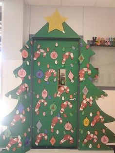 christmas tree for classroom door decor christmas tree door done by leslie diy crafts pinterest classroom door christmas tree and doors