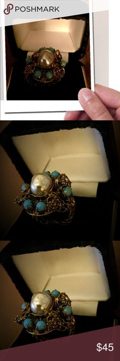 💯VINTAGE RING PEARLS & TURQUOISE Precious BOHO funky classy adjustable ring set in bronze tone. Faux pearl center with appearance of freshwater pearl, surrounded by turquoise (unsure) beads. Any questions please ask! Thanks for browsing! Marian 💞 Vintage Jewelry Rings