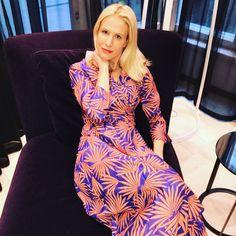 Diane von Furstenberg ist die Königin 👸 der Wickelkleider. Jedes Modell besticht durch wunderbare Farb- und Motivmixe. Ich habe mich total in die knöchellange Rene Caovilla, Diane Furstenberg, Lily Pulitzer, Dresses, Style, Fashion, Scale Model, Vestidos, Swag