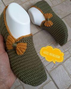 ayırlı akÅŸamlar 🙋 Müşteri isteÄŸi üzerine erkek patik modelini bir fiyonkla bayan ÅŸeklinde yaptım 😄eÅŸlere kombin de yapılabilir 🌹bence – Redes Sociales Crochet Slipper Boots, Knitted Slippers, Baby Knitting Patterns, Crochet Patterns, Crochet Baby, Knit Crochet, Crochet Slipper Pattern, Knitting Socks, Crochet Clothes