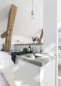 Plan de travail en béton dans une cuisine scandinave