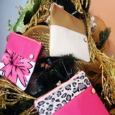 Este año llena el arbolito de #diseñovenezolano. Estos portacosmeticos son perfectos por su tamaño estampado y precio.  Para consulta de precios puedes escribirnos a fuchsiavzla@gmail.com o deja tu correo en un comentario y te enviamos toda la información. #bazarnavideño #bazar #navidad #regalos #merida #meridavenezuela #designersvzla #designersvenezuela #diseñovenezolano #venezuela #merida #cartera #bolso #backpack #morral #fuchsia #tiendafuchsia #fuchsialovers #fuchsiabags #closetcriollo…