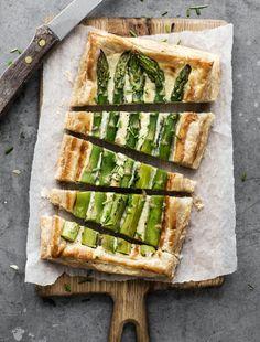 Det tager kun 10 minutter i arbejdstid at forberede den fantastisk lækre tærte. Asparagus Tart, Veggie Heaven, Food Crush, Cooking Recipes, Healthy Recipes, Healthy Food, Tapas, Foodies, Food Porn