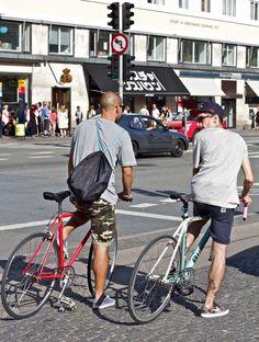 photo by Julien Castel Urban Cycling, Urban Bike, Bike Style, Men's Style, Bike Pedals, Speed Bike, Fixed Gear Bike, Cycle Chic, Commuter Bike