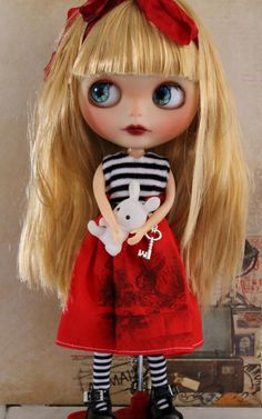 Alice is a gorgeous factory Blythe doll with translucent skin, these are her customisations : new make up sealed with MSC : Lip nose and
