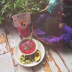 Hmmm beetroot soup from @krommunity! Really tasty! By eating this soup i saved 175 grams of 'weird veggies' being tossed. #nofoodwaste #krommunity #beetroot #beetrootsoup #avocado #greenbeans #dinner #preyoga #lightdinner #healthy #vegan #Padgram