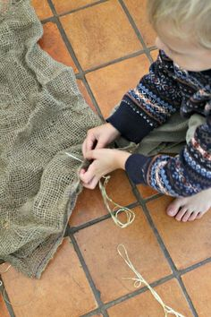 A great idea for teaching kids how to sew! Using burlap and twine - great for preschoolers. Sewing is fabulous handwork to develop fine motor skills.