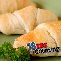 Duggars' recipe for homemade dinner rolls.  So yummy, and the kids love making it too! Drool