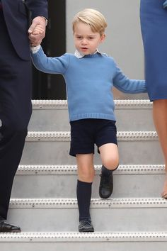 Prince George of Cambridge arrives at the Victoria Airport on September 24, 2016 in Victoria, Canada. Prince George Alexander Louis, Prince William And Catherine, Princess Kate, Princess Charlotte, Prince George Photos, Prinz William, Ivy League Style, Princesa Diana, Baby Kids Clothes