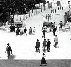 Entrada a glorieta desde el arenal una fotografia para contemplar los detalles de las vestimentas de la epoca fuente RegMur año 1900