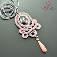 Soutache Pendant Thérèse's Treasure Pink Pendant por OzdobyZiemi Soutache Pendant, Soutache Necklace, Pink Necklace, Gemstone Necklace, Shibori, Jewelry Crafts, Handmade Jewelry, Handmade Necklaces, Soutache Pattern