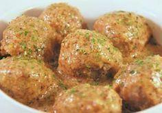 Albóndigas en salsa de almendras es una receta para 6 personas, del tipo Segundos Platos, de dificultad Media y lista en 60 minutos. Fíjate cómo cocinar la receta. ingredientes - ½ kilo de carne de cordero - 2 huevos - 25 gr de pan rallado - Ajo - perejil - sal - canela - Aceite de oliva - 15 almendras - Harina - 1 taza de cald Veggie Recipes, Mexican Food Recipes, Cooking Recipes, Healthy Recipes, Colombian Food, Spanish Dishes, Spanish Cuisine, Food Decoration, Tapas