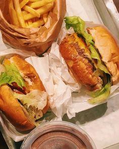 "620 curtidas, 4 comentários - burger joint new york brasil (@burgerjointnybr) no Instagram: ""Veste a roupa de sair e pede um BURGER pra gente matar um pouco dessa saudade que turu, turu, turu…"" Hot Dog Buns, Hot Dogs, Burger Joint, Turu, Love Chocolate, Cheesesteak, Ethnic Recipes, Instagram, Food"