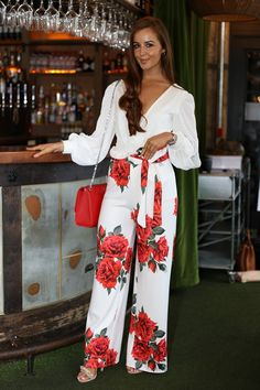 Bright color and a loose top or pant can work for Virgo ladies. The fact that this outfits consists of just two colors makes it minimalist. Night Out Outfit Classy, Classy Outfits, Loose Pants Outfit, Floral Wide Leg Trousers, Pink Fashion, Womens Fashion, Party Fashion, Summer Work Outfits, Pants For Women