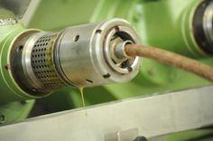 As sementes são trituradas, resultando em um óleo 100% puro, que preserva integralmente as propriedades funcionais das sementes. http://www.vitalatman.com.br/prensagem-a-frio/