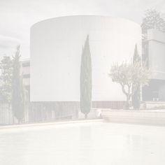 Blanc 02 – Skulpturale Betonarchitektur aus vergangenen Tagen. Ein massives Gebäude in ganz leichten Tönen. Zypresse auf Mittelachse. 2014, MD | © www.piqt.de | #PIQT