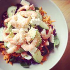 Salade crevettes, avocat, feta, pousses d'épinard, chou rouge, tomates, carottes, graines de sésame