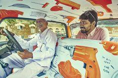 interior-de-taxis-com-vibrantes-obras-de-arte-9
