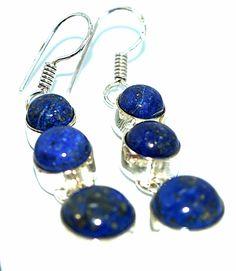 Lindo e exclusivo brinco de estilo boho em prata, com pedras de lápis-lazuli com lapidação cabochon. Produto da Ásia.