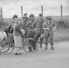 A group of British soldiers of the 6th Airborne Division with civilians in June 1944. British Soldier, British Army, Normandy Beach, D Day Landings, Cherbourg, Historical Pictures, Photos Du, World War Ii, Troops