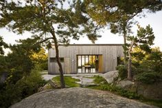 beautiful wood home in a gorgeous setting by Ly Arkitekter Scandinavian Cabin, Scandinavian Architecture, Architecture Design, Modern Wood House, Small Summer House, Norwegian House, Atrium House, Classic House Exterior, Contemporary Cottage
